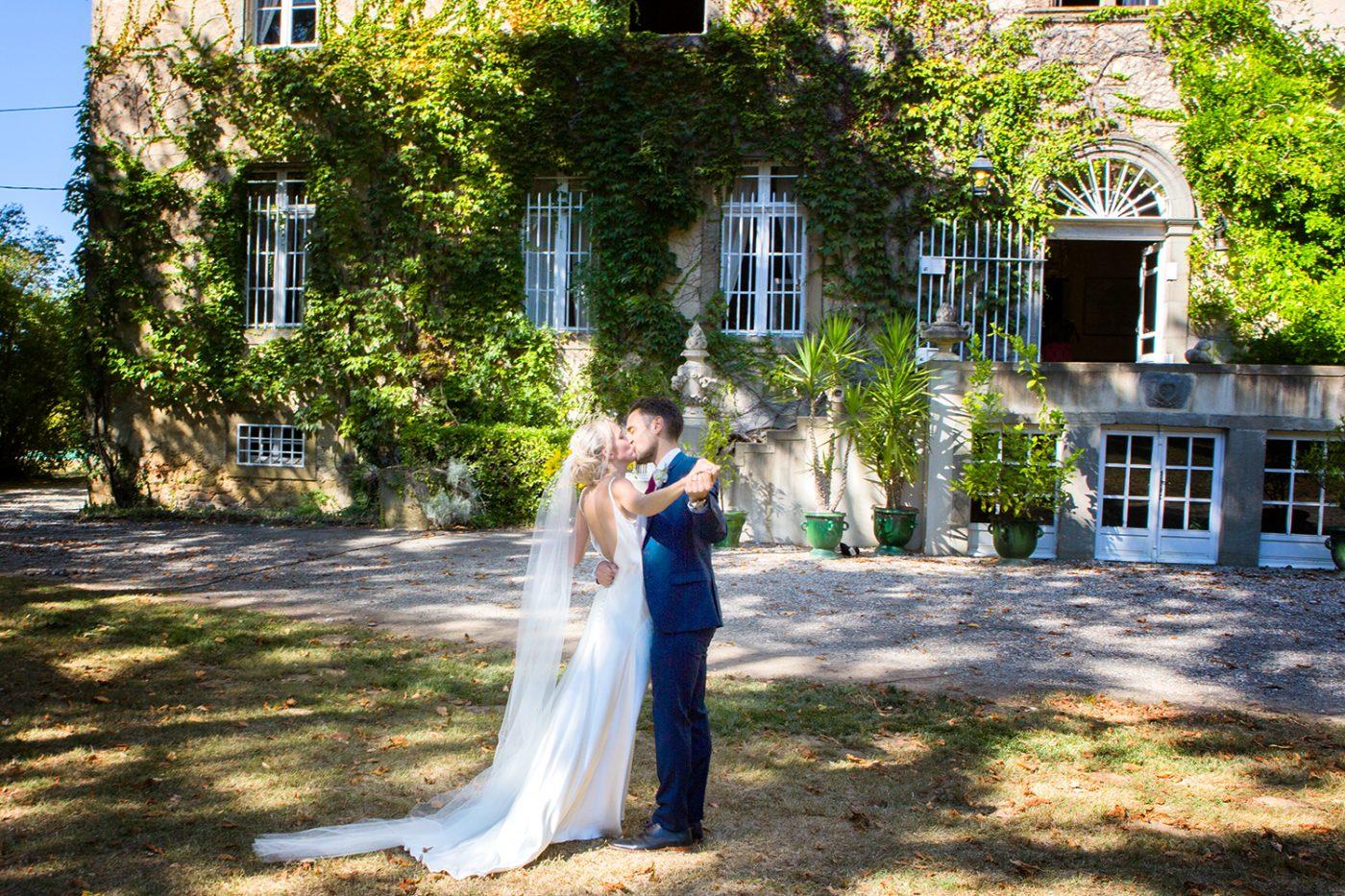Les mariés devant le chateau La Commanderie / Bride and groom in front of Chateau La Commanderie