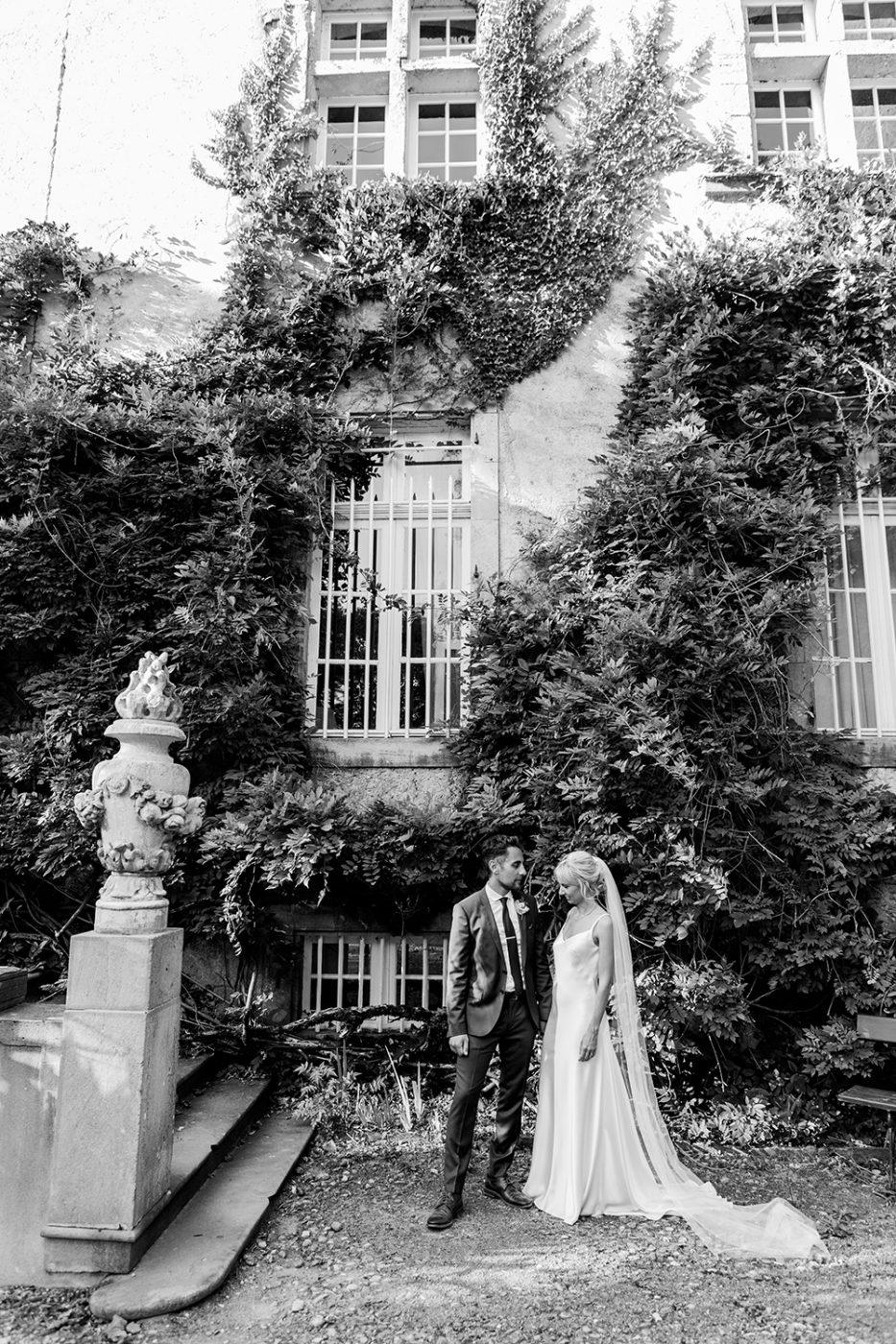Magnifique couple de mariés devant le chateau / Beautiful bride and groom in front of the castle