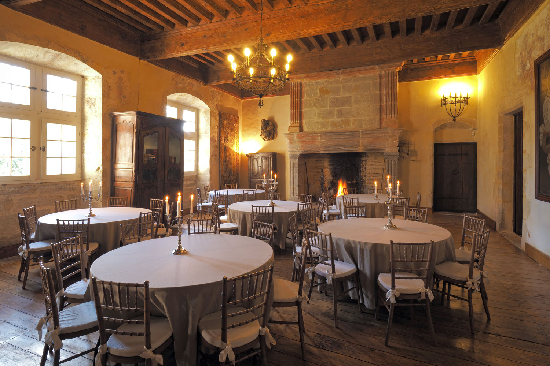 Salle des chevalier préparée pour une dîner / Dinner setup in Knights hall
