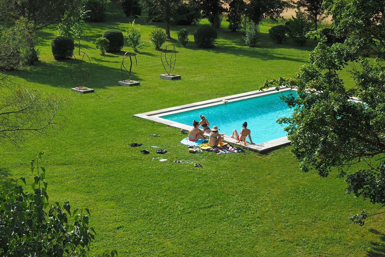 Se relaxer au bord de la piscine / Relax and have a swim