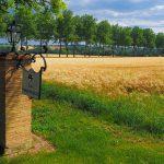 enseigne à l'entrée du château / Sign at the entrance of the castle