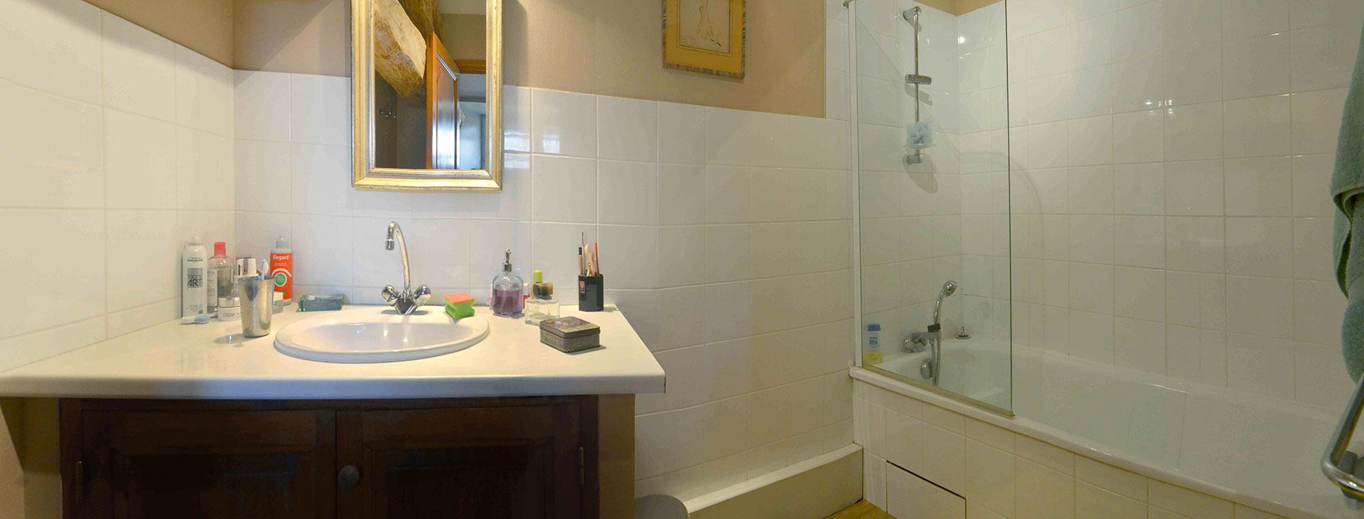 salle de bain à l'étage / Upstairs bathroom