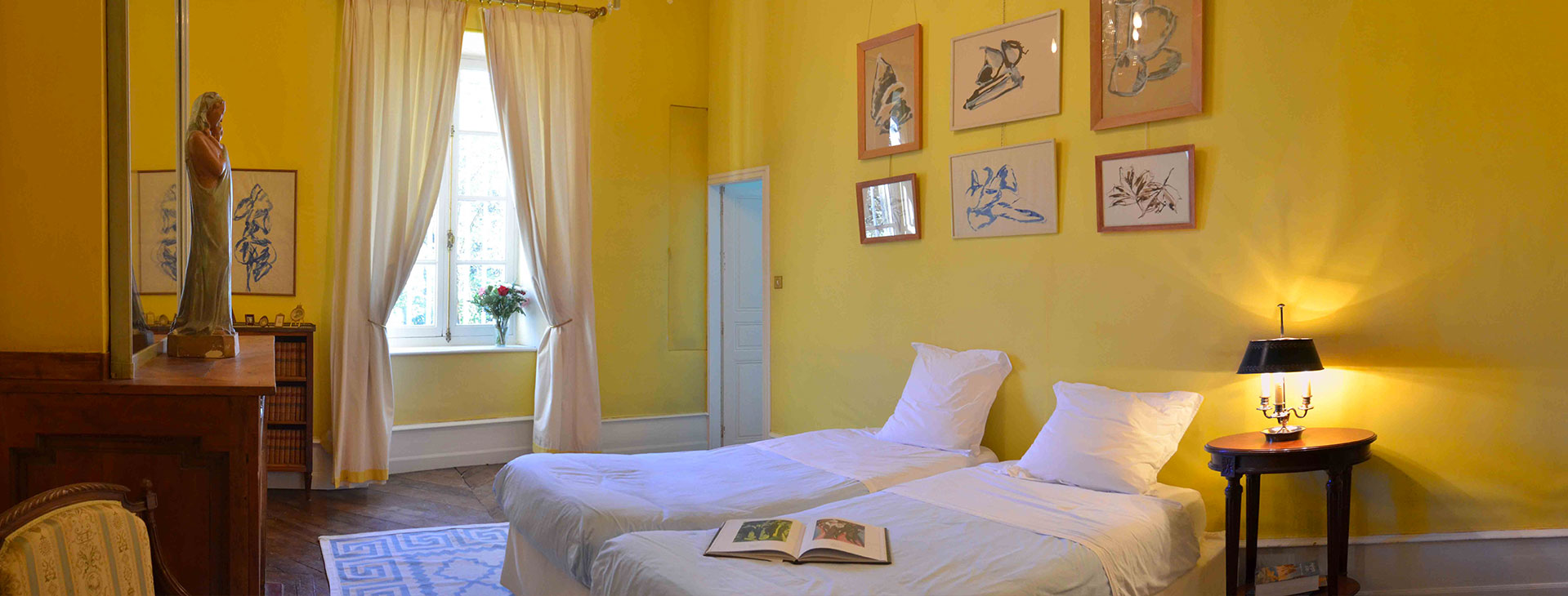 Chambre jaune / Yellow bedroom
