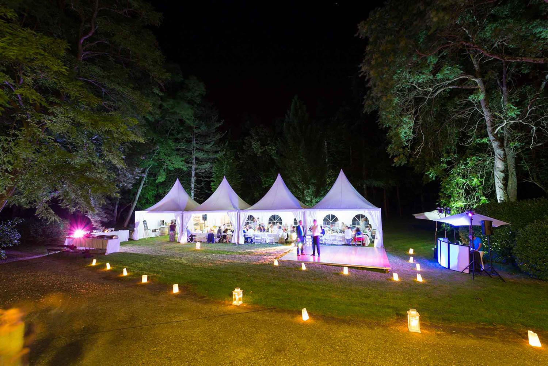 Tente de réception dans le parc / Marquee on the grounds